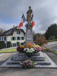 Gerbe devant le monument aux morts le 11 novembre 2020