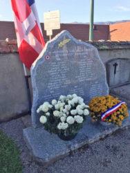 Gerbe devant le monument aux morts du cimetière le 11 novembre 2020